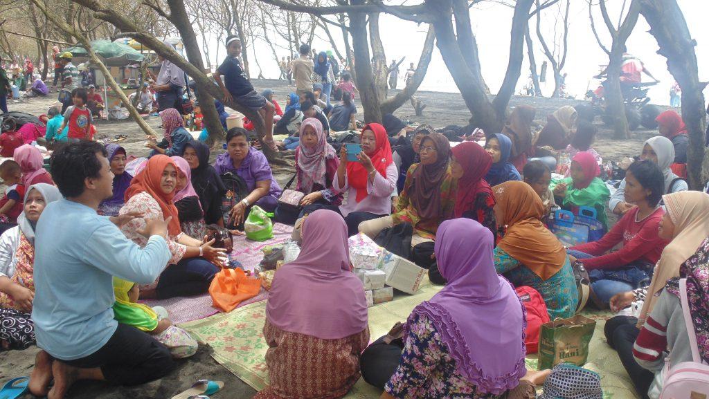 Suasana Diskusi P3A Sentolo Kulon Progo di Pantai Baru. Foto: Listyo