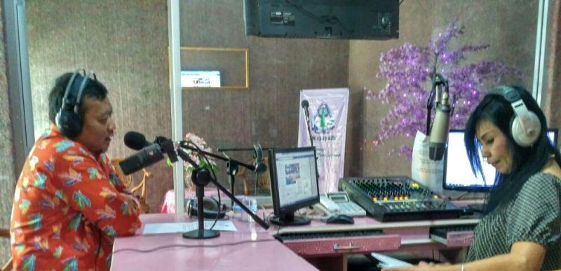Talkshow tentang pemilu di radio Kartika Indah Swara. Foto: Mun