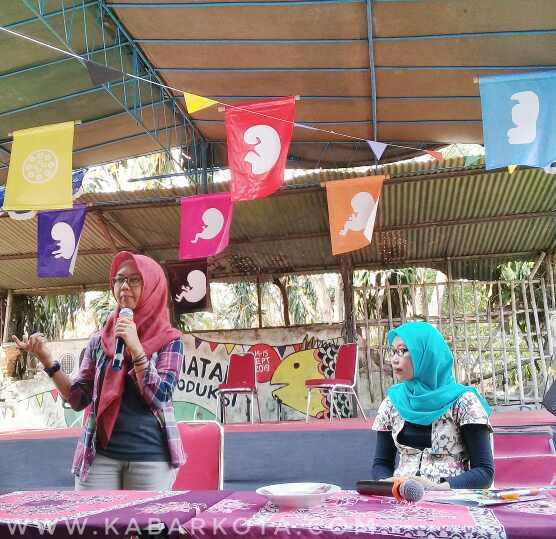 Jurnalis dari AJI Yogyakarta, Pito Agustin Rudiana (kiri) saat menyampaikan Edukasi HKSR melalui Gebyar Kesehatan Reproduksi, di Taman Bangirejo Yogyakarta, Sabtu (14/9/2019). (dok. kabarkota.com)