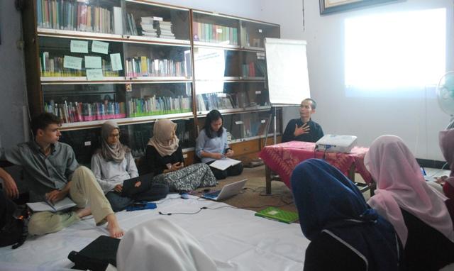 Diskusi Buku Ilmu Kesejaheraan Sosial di Mitra Wacana WRC. Foto oleh Wahyu Tanoto