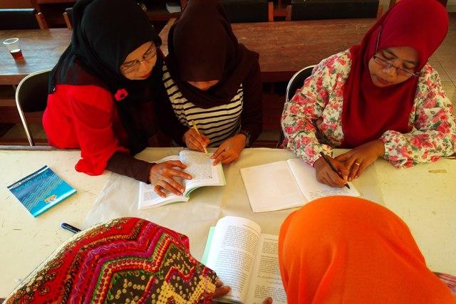 Para peserta sedang membaca buku Fiqh Anti Trafiking. Foto: Wahyu T.