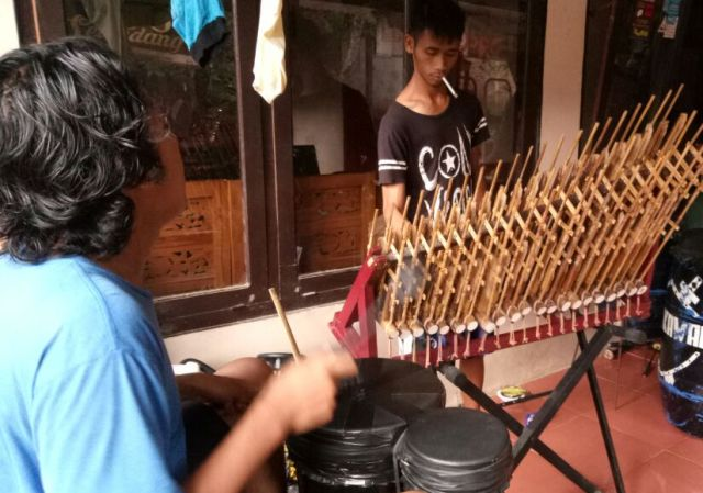 Menabuh musik tradisional. Foto: Mutoharoh