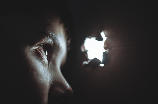hiding. Gambar: https://pixabay.com